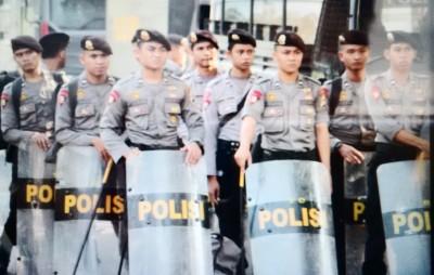 Polisi yang disiagakan untuk menjaga Acara Debat Paslon. Foto: Bin