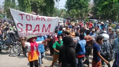 Warga Dodu saat aksi di Kantor DPRD Kota Bima. Foto: Bin