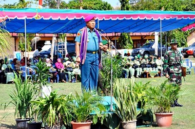 Inspektur Kolonel Marinir Rakhmad Djunaidy saat memimpin menjadi pembina upacara. Foto: Hum