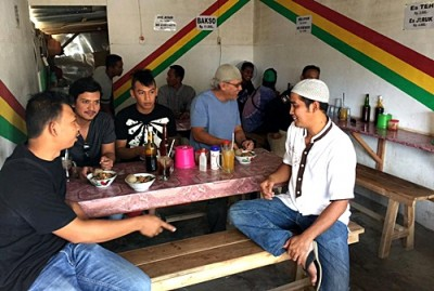 Iwan Fals dan Kru saat makan Bakso Titto di Kota Bima