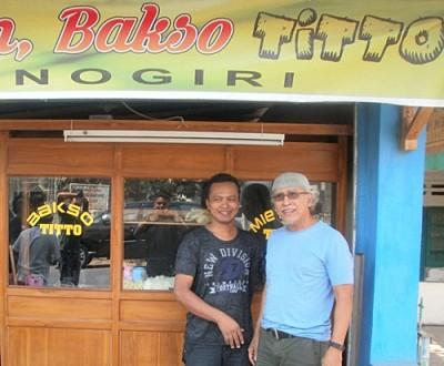 Iwan Fals dan Titto ditempat jualan Titto di Kota Bima.