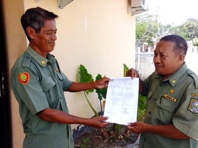 KUPT Dinas Perkebunan Monta dan Soromandi saat menunjukan surat yang pernah diajukan sejak Tahun 2012 tapi tidak pernah direspon. Foto: Ady