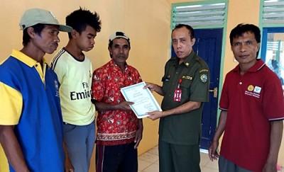Kepala Dinas Dukcapil saat menyerahkan Akta Nikah secara simbolis kepada Masyarakat non Muslim di Desa Mbawa Kecamatan Donggo. Foto: Bin