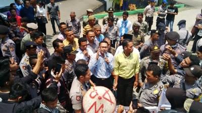 Ketua DPRD Kota Bima Feri Sofyan saat menerima massa rakyat Dodu. Foto: Bin