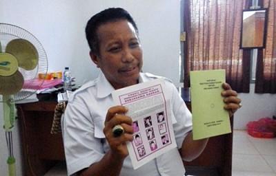 Ketua Komisi I DPRD Kabupaten Bima Sulaiman ST saat menunjukan draf Raperda kerjasama daerah. Foto: Ady