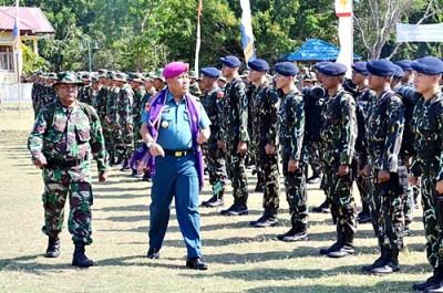 Kolonel Marinir Rakhmad Djunaidy saat pemeriksaan pasukan. Foto: Hum