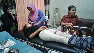 Komalasari, korban pelemparan warga tak dikenal saat dirawat di RSUD Bima. Foto: Bin