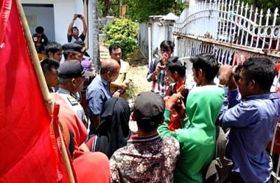 Mahasiswa menyampaikan tuntutan saat diterima wakil rakyat. Foto: Ady