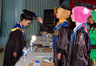 Mahasiswi Akbid Surya Mandiri saat dikukuhkan pada acara Wisuda. Foto: Eric