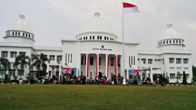 Massa rakyat Dodu merangsek masuk di halaman Kantor Walikota Bima. Foto: Bin