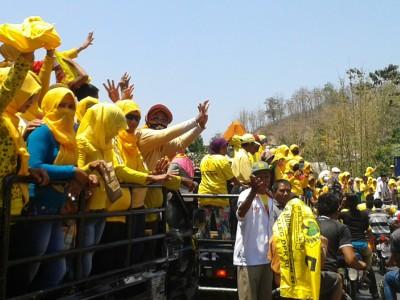 Masyarakat Wawo saat menyambut pasangan DINDA. Foto: Noval