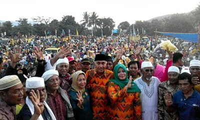 Pasangan DINDA dan ribuan rakyat di Lapangan Karumbu Kecamatan Langgudu. Foto: Noval