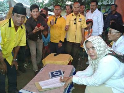 Pasangan DINDA saat Tandatangan Kontrak Politik. Foto: Noval