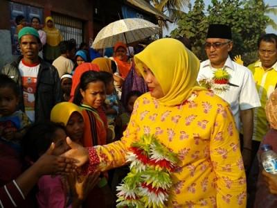 Pasangan DINDA saat blusukan di Kecamatan Parado. Foto: Noval