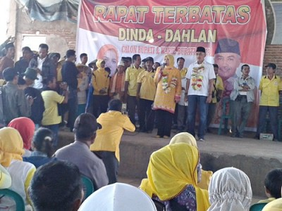 Pasangan DINDA saat memberikan sambutan dihadapan warga Kecamatan Parado. Foto: Noval