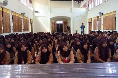 Pelajar SMAN 1 Kota Bima saat mendengarkan motivasi hidup dari H. Sutarman
