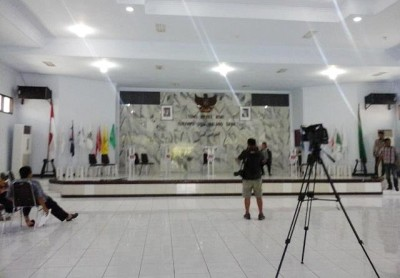 Persiapan debat pasangan calon Bupati dan wakil Bupati Bima di Ruang Sidang DPRD Kabupaten Bima. Foto: Ady