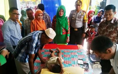 Proses Sunatan Massal disaksikan Ketua DPRD Kota Bima dan Istri. Foto: Bin