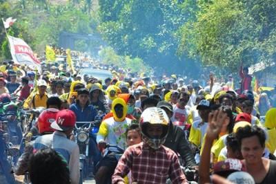 Ribuan rakyat Wera saat konvoi pasangan DINDA