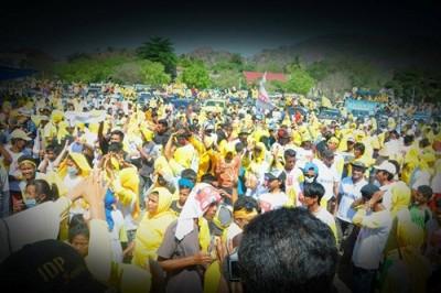 Ribuan rakyat Wera saat memadati lapangan Tawali