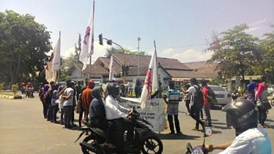 SMI Bima saat menggelar aksi di Cabang Gunung Dua Kota Bima. Foto: Bin