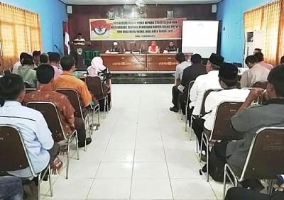 Sekda Kabupaten Bima saat menyampaikan pengantar pembukaan Sosialisasi Bawaslu RI. Foto: Hum
