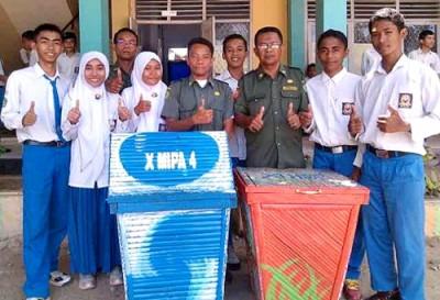 Siswa dan guru pembina saat menunjukan hasil kreatifitas. Foto: Eric