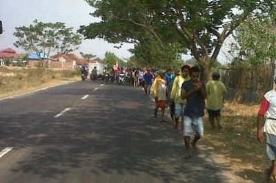 Suasana bentrok Warga Donggobolo-Dadibou. Foto: Noval