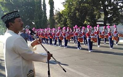 Walikota Bima saat melepas pawai peringatan  Tahun Baru Islam. Foto: Hum