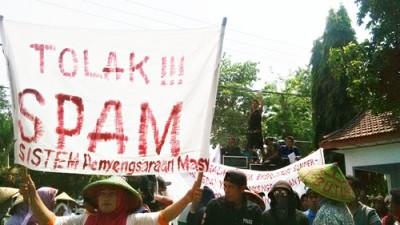 Warga Dodu saat menggelar aksi di depan Kantor DPRD Kota Bima. Foto: Bin