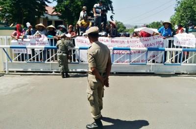 Warga Dodu saat menggelar protes proyek SPAM di Kantor Pemkot Bima. Foto: Bin