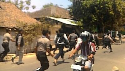Warga Rabadompu Timur saat bentrok dengan aparat. Foto: Bin