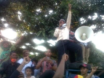 Abdul Khayir saat berorasi dan mengangkat satu jari. Foto: Bin