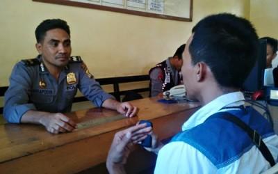 Ady Supriadin saat memberikan laporan ke Polisi. Foto: Bin