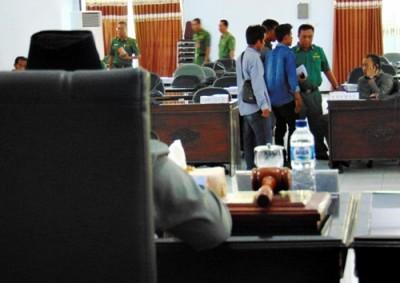 Anggota GNRsaat melabrak sidang Paripurna. Foto: Ady