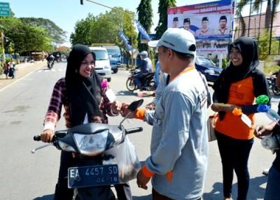 Anggota KPU saat ikut bagi bunga dan pesan damai. Foto: Ady