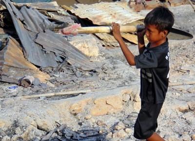 Bocah Bajo Pulau sedang membantu orang tuanya membangun tenda. Foto: Ady