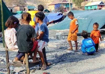Bocah - bocah Bajo Pulau saat bermain usai bencana kebakaran. Foto: Ady