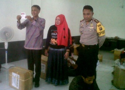 Bupati Bima, Ketua KPU Kabupaten Bima dan Polres Bima saat meninjau lipat kartu suara. Foto: Bin