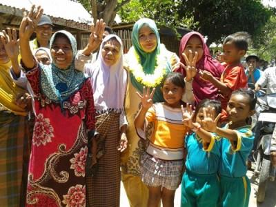 DINDA Foto bersama dengan warga Sape. Foto: Noval