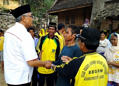 Dahlan M. Noer saat blusukan di Kecamatan Ambalawi. Foto: Noval