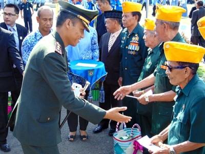 Dandim 1608 Bima saat menyerahkan santunan kepada para veteran usai Upacara Peringatan Hari Pahlawan. Foto: Ady