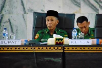 Ekspresi Bupati Bima saat dihujani kritik anggota DPRD Kabupaten Bima. Foto: Ady