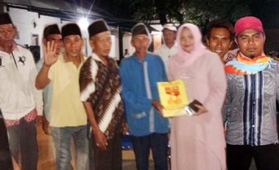 Foto bersama dengan warga Ujung Kalate usai Teken Kontrak. Foto: Noval
