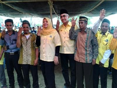 Foto bersama pasangan DINDA bersama masyarakat Lambitu usai pengukuhan. Foto: Noval