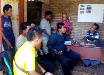 Gabungan Timses Koalisi DINDA saat mendatangi kantor Panwascam Amabalawi. Foto: Ady