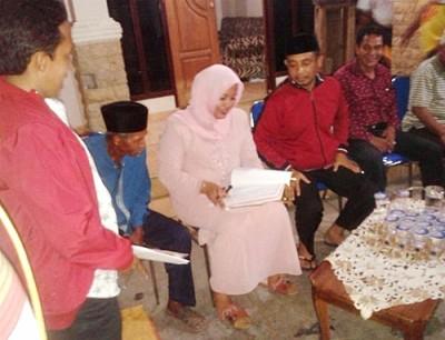 Hj. Indah Damayanti Putri Teken Kontrak dengan warga Ujung Kalate. Foto: Noval