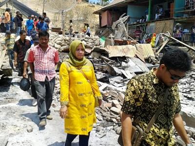 Hj. Indah Damayanti Putri saat berkunjung ke lokasi kebakaran. Foto: Noval