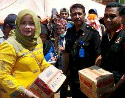 Hj. Indah Damayanti Putri saat memberikan bantuan ke korban kebakaran. Foto: Noval