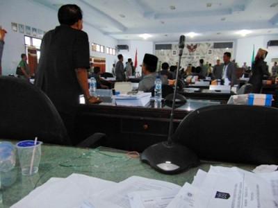 Kaca meja ruang sidang pecah. Foto: Ady